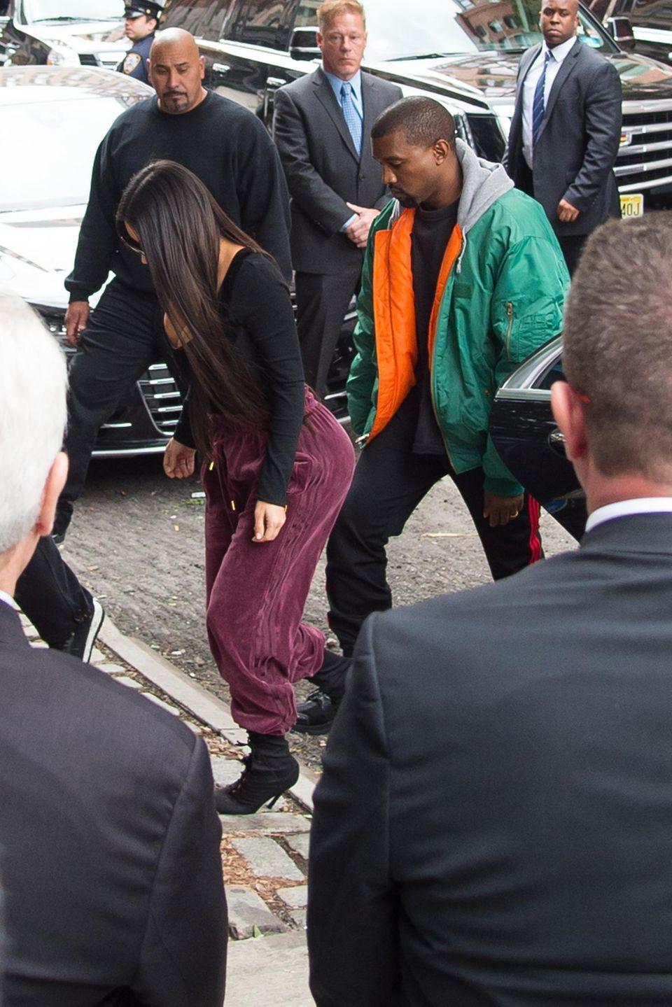 Kim Kardashian ist nach dem Überfall in Paris schnellstens zu ihrem Ehemann Kanye West nach New York geflogen.
