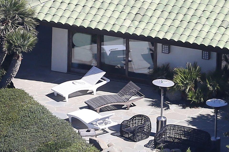 Die Fenster von Angelina Jolies Haus in Malibu sind mit Kissen und Matratzen zugestellt