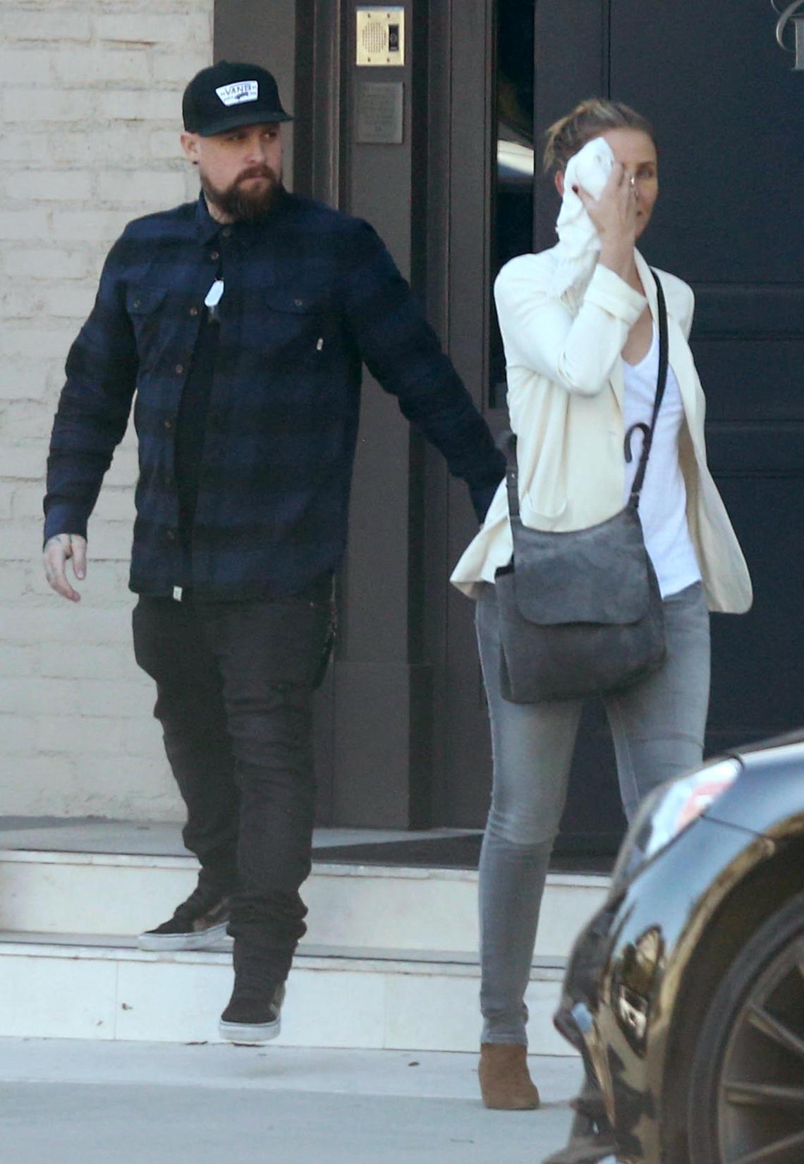 Erwischt! Cameron Diaz und Ehemann Benji Madden verlassen eine Klinik für Schönheitschirurgie in Los Angeles.