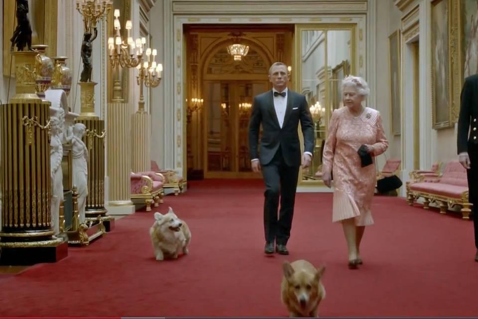 Als die Queen - zur Überraschung ihrer Familie - gemeinsam mit Daniel Craig für den Eröffnungsfilm der Olympischen Spiele vor der Kamera stand, bekamen auch ihre Hunde einen Auftritt.
