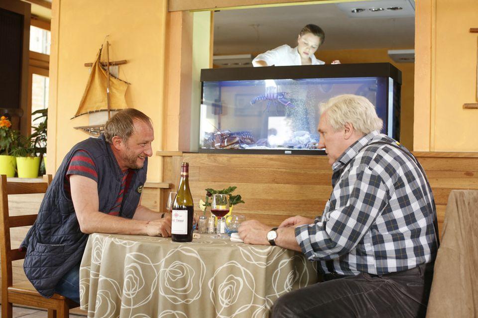 Ins Gespräch vertieft: Bruno (Benoît Poelvoorde) und Jean (Gérard Depardieu). Natürlich in Gesellschaft einer guten Flasche Wein.