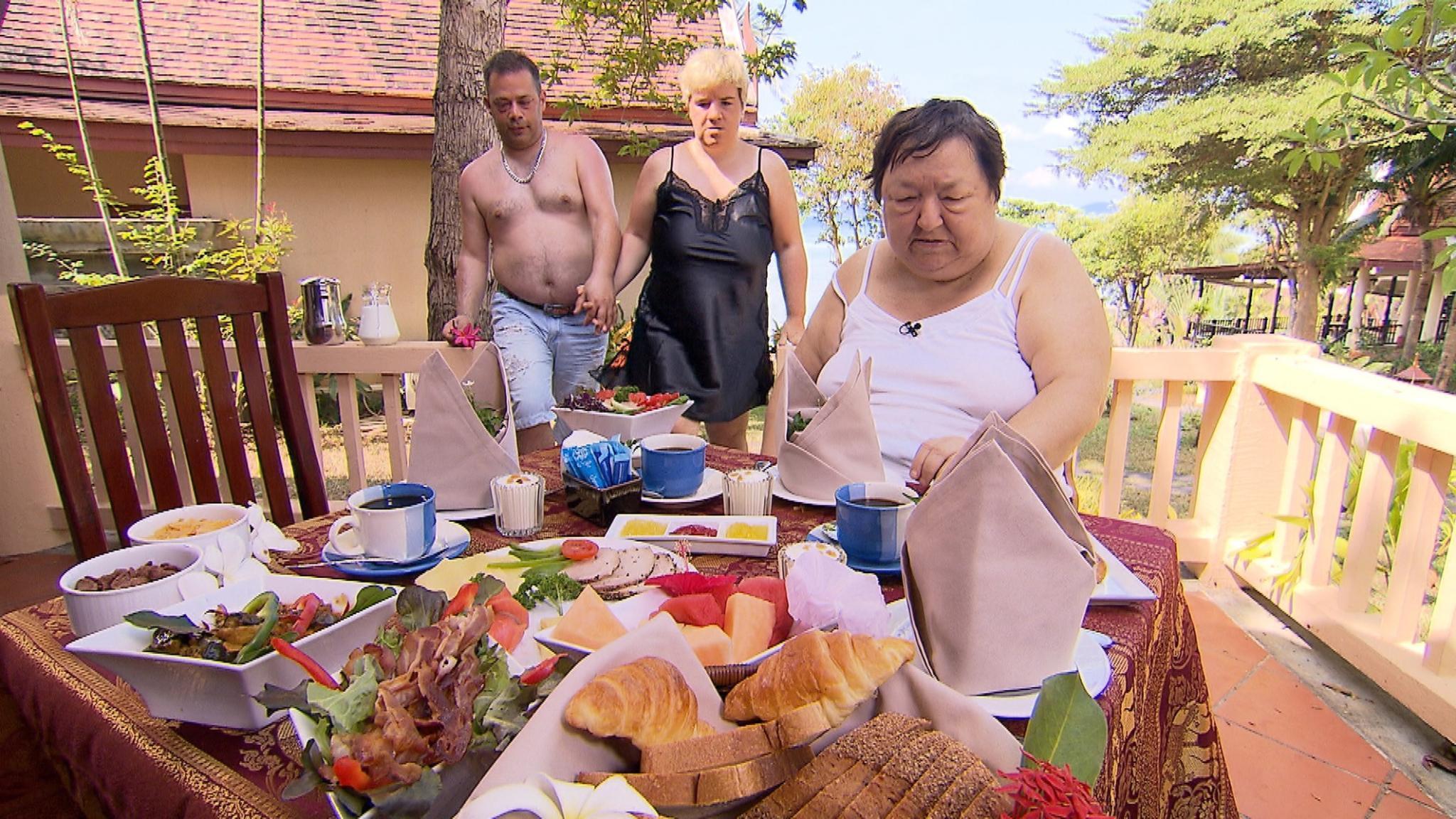 Mario und Beate frühstücken nach ihrer gemeinsamen Nacht mit Mama Irene