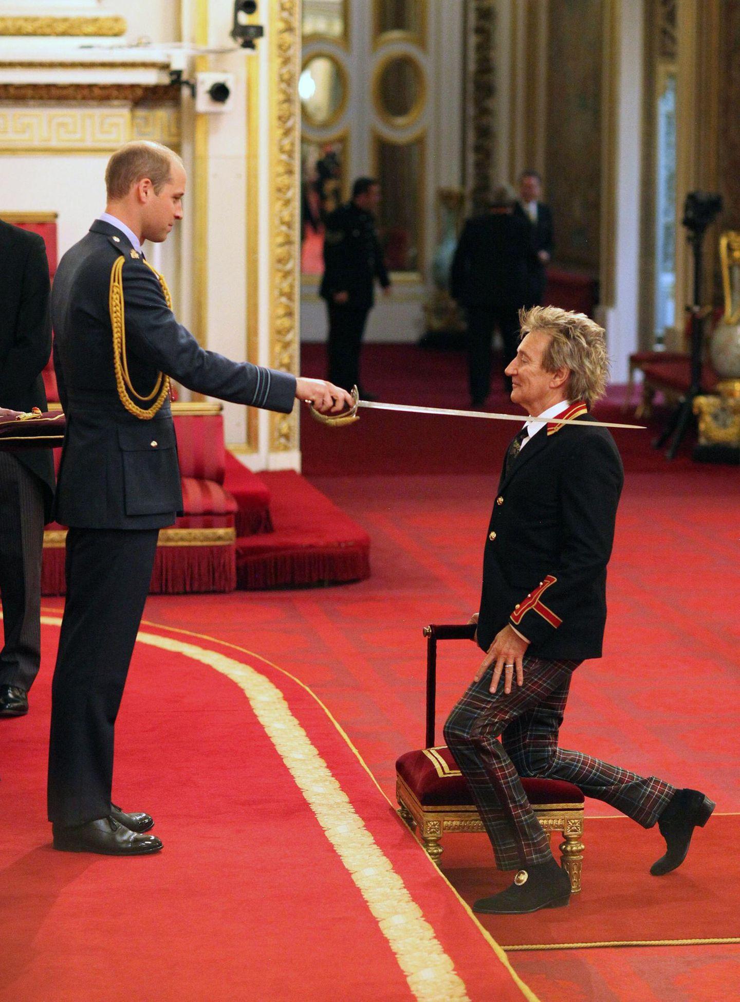 11. Oktober 2016: Nicht nur die Queen greift zum Säbel, wenn Promis wie Rod Stewart sich vor ihr auf's Samtkissen knien. In Vertretung für seine Großmutter schlägt Prinz William den britischen Sänger bei einer Investitur-Zeremonie im Buckingham Palace zum Ritter. Und das sehr gekonnt: Das Ohr ist noch dran, die Haare sitzen.