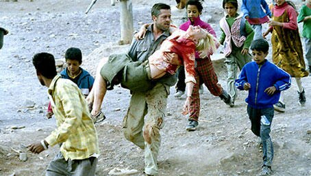 Richard (Brad Pitt) kämpft im marokkanischen Bergland um das Leben seiner Frau Susan (Cate Blanchett)