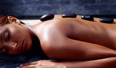 Die heißen Steine sorgen für eine angenehme Wärme und Entspannung