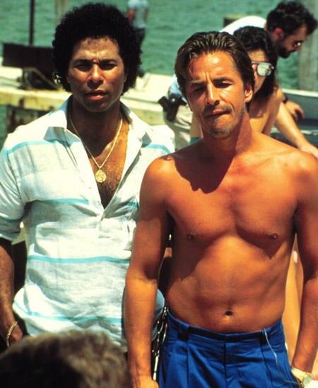 """Im Sonnenschein gegen die dunkle Verbrecherwelt: das Duo Sonny Crocket und Ricardo Tubbs, die harten Cops von """"Miami Vice"""""""