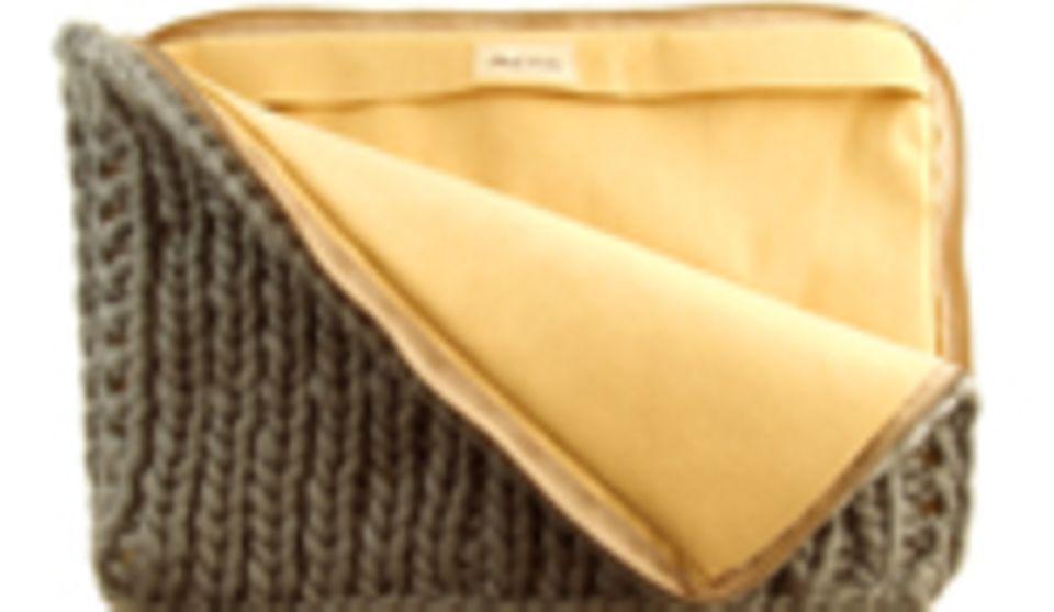 Anat Fritz goes Business: Laptop-Case aus handgestrickter Wolle in der Lieblingsfarbe auf Bestellung (195,00 Euro)
