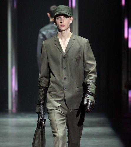 Auf zu neuen Ufern: Perfekt gestylt zum Shoppen im JOOP! Neu Bauhaus Anzug. Wichtige Accessoires:  Handschuhe und Tasche