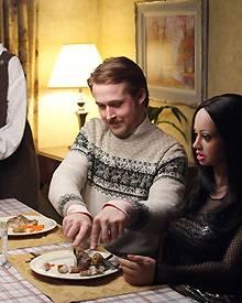 Abendessen mit Puppe: Lars und Bianca beim Familiendinner