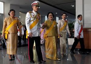 Prinz Maha Vajiralongkorn mit seiner Mutter Königin Sirikit (Mitte) und seiner Schwester Prinzessin Maha Chakri Sirindhorn (links) im Jahr 2010. Die Prinzessin wurde immer wieder als mögliche Alternative zu ihrem Bruder als Nachfolgerin ihres Vaters ins Gespräch gebracht.
