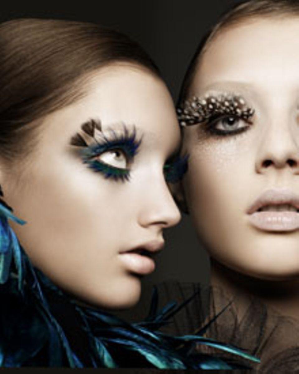 Nicht alltagstauglich, aber wunderschön: Die Falschen Wimpern lassen diese beiden Models wie Puppen wirken