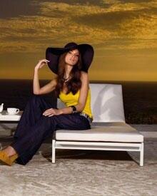 70's-Chic: Plateau-Sandalen, weite Jeans und ein XL-Schlapphut machen diesen Look perfekt