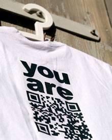 Die Botschaft dieses T-Shirts lässt sich ganz einfach per Fotohandy entschlüsseln