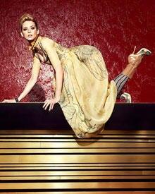 Eva Padberg: Kleid, ca. 1550 Euro und Schuhe, ca. 570 Euro, beides von Prada; Armband von Burberry Prorsum, ca. 960 Euro; Strümp