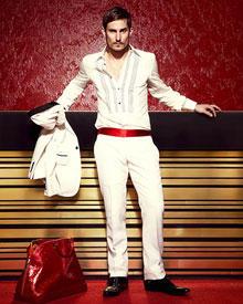 Clemens Schick: Sakko, ca. 1670 Euro, Hemd, ca. 620 Euro, Hose, ca. 720 Euro und Schuhe, ca. 510 Euro, alles von Gucci; Tasche v
