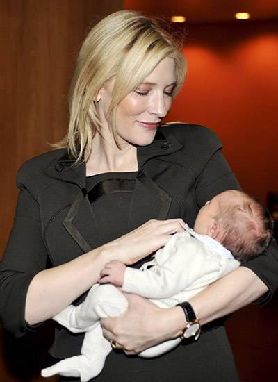 Schauspielerin Cate Blanchett mit ihrem sechs Tage alten Baby Ignatius Martin