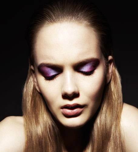 Schillernde Schattierungen in Violett und Blau bestimmen das Augen-Make-up. Passend dazu: zart gefärbtes Lipgloss