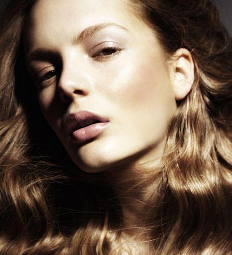 Das Geheimnis des Nude-Looks: Perfekt geschminkt sein und doch natürlich aussehen. Als Sommervariante wirkt Bronzepuder