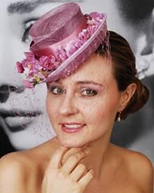 Da bekommt der Brautstrauß Konkurrenz: Raffaella Lupo trägt einen süßen rosa Hut aus luftigem Material mit aufwendiger floraler