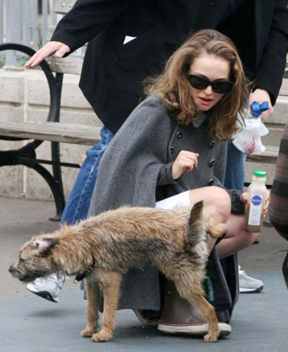 Natalie Portman, während ein tierischer Fan seine DNA auf ihr hinterlässt