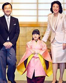 Prinzessin Aiko mit ihren Eltern in traditionellem Gewand