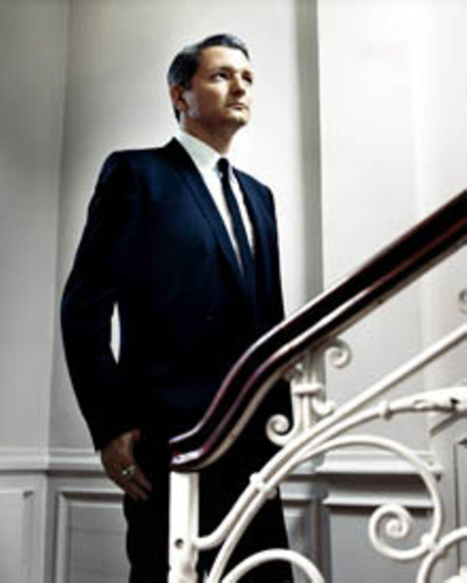 Zehn Jahre lang hat Designer Dirk Schönberger mit seinem Label internationale Mode gemacht. Mittlerweile ist er Kreativdirektor