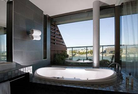 Auch von der Badewanne aus lässt sich der Blick auf die Donau geniessen