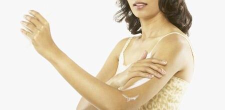 Für seidig schimmernde Haut sorgen spezielle Peelings und pflegende Cremes mit lichreflektierenden Pigmenten