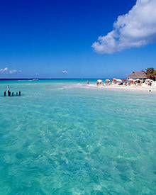 Blauer Himmel, glasklares Wasser, schneeweißer Sand: Welcher Ort würde sich besser für eine Strandhochzeit anbieten?