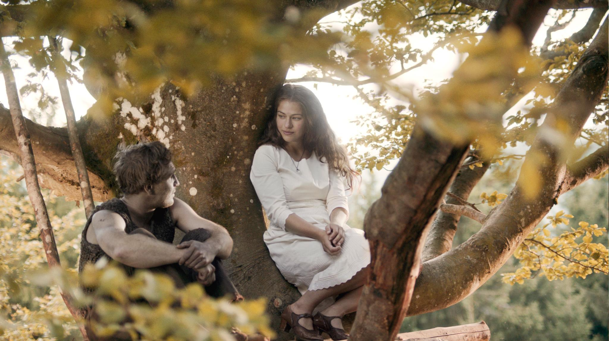 Sie mögen sich und sollen doch kein Paar werden: Köhlerjunge Peter (Frederick Lau) und Glashüttertochter Lisbeth (Henriette Confurius) stammen aus unterschiedlichen Welten ihrer Schwarzwald-Welt.