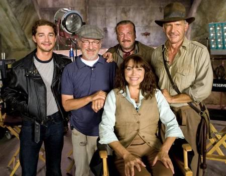 Steven Spielberg mit seinen Hauptdarstellern: Links neben ihm Shia Labeaouf, auf dem Stuhl Karen Allen, hinter ihr Ray Winstone