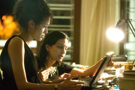 Zwei Frauen auf der Suche nach Hinweisen: Mariane Pearl (Angelina Jolie) und ihre Freundin und Recherchepartnerin