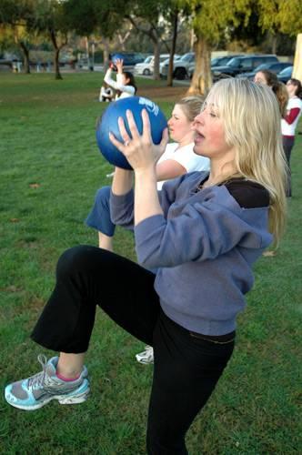Der Medizinball zehrt ganz schön an den Kräften der Damen