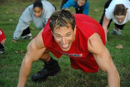 Doug Rice geht mit gutem Beispiel voran udn scheut keine der Übungen
