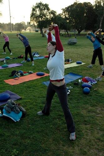 Das Training beginnt mit einem ausgiebigen Stretching, um die Muskeln aufzuwärmen