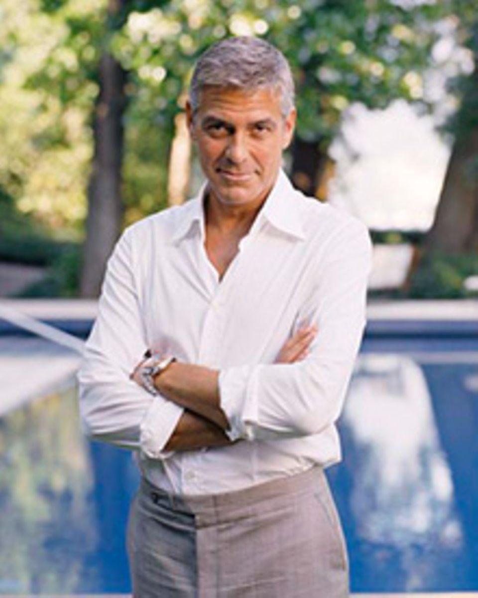 """Um sich mit der Omega """"Sea Master Planet Ocean"""" am Handgelenk ablichten zu lassen, lud George in seinen Garten ein"""