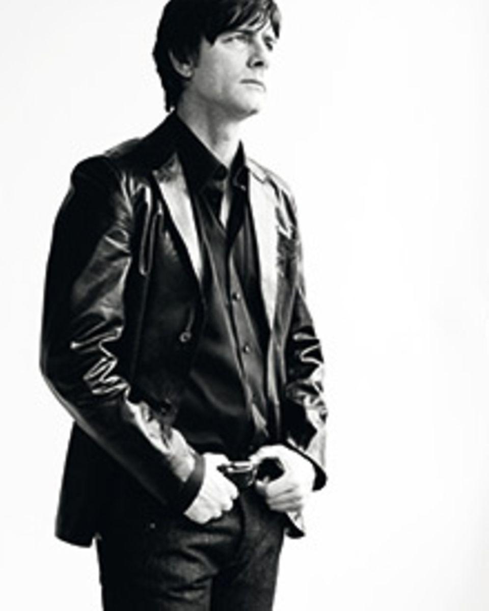 Jogi Löw ganz in schwarz, den Blick in die Ferne gerichtet: So fotografierte Bryan Adams den Nationaltrainer im Auftrag von DFB-