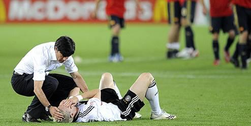 Seelentröster: Nach dem Spanien-Spiel steht Jogi Löw seinen Jungs zur Seite