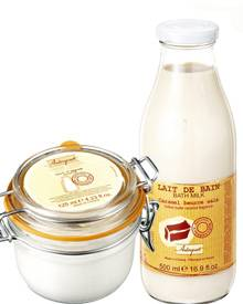 """Für zarte haut: Körpercreme """"Mandelmilch"""" (125 ml, ca. 14 Euro) und Bademilch """"Karamell"""" (500 ml, ca. 12 Euro) aus der Serie Ter"""