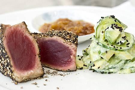 Thunfisch in Pfefferkruste mit Avocado-Gurken-Salat