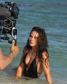 So schön kann Arbeit sein: Lost-Star Evangeline Lilly bei den Dreharbeiten zum Cool-Water-Werbespot