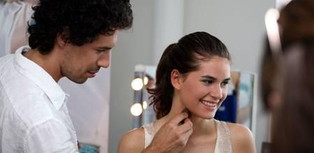Boris Entrup bei dem,was er am besten kann: Schönen Frauen zu einem noch strahlenderen Look verhelfen