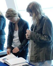 Die Jury-Mitglieder sichten die Lookbooks: Moderedakteurin Lena Elster (GALA) und Model Luca Gajdus