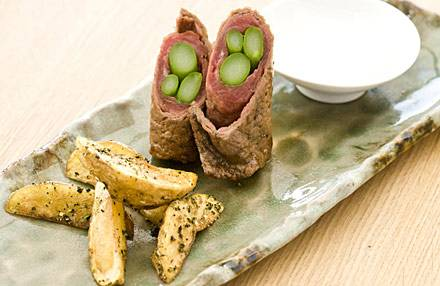 Spargel-Filetrouladen mit gebackenen Kräuterkartoffeln