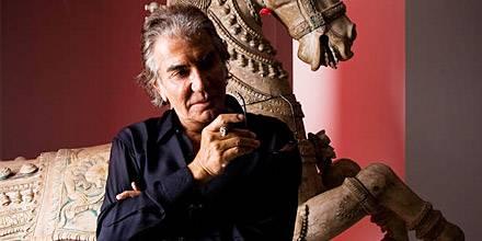 Roberto Cavalli vor einer antiken chinesischen Pferde-Skulptur in seiner Stadtwohnung in Mailand