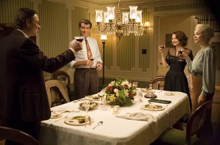 Lächelnde Runde: Vier bezaubernde Schauspieler an einem Tisch