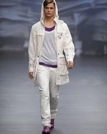 Schmal geschnittene Hosen sind bei den Männern ein Muss. Michalsky setzt außerdem auf Anoraks, leuchtende Farben und Deko-Button