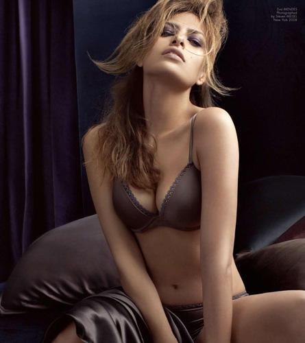 Verführerisch und temperamentvoll: Eva Mendes bietet in der Herbstkampagne für Calvin Klein Underwear einen heißen Anblick