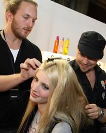 Voller Einsatz im Zeichen der Schönheit: Armin Morbach und ein Kollege aus seinem Team sorgen für den perfekten Look