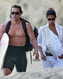 Matt McConaughey und Camila Alves mit Baby Levi am Strand